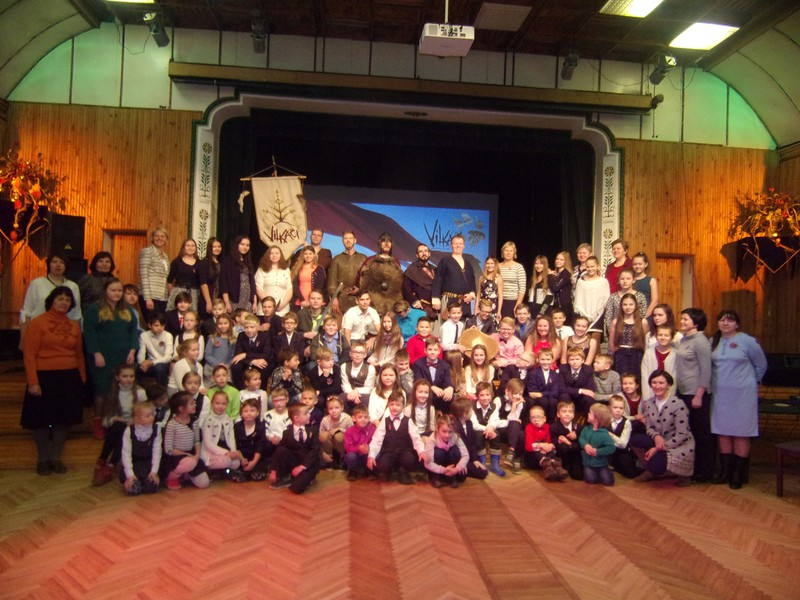 """Penkules pamatskolas kolektīvs kopā ar folkloras kopu """"Vilkači"""" sveic Latviju dzimšanas dienā!"""